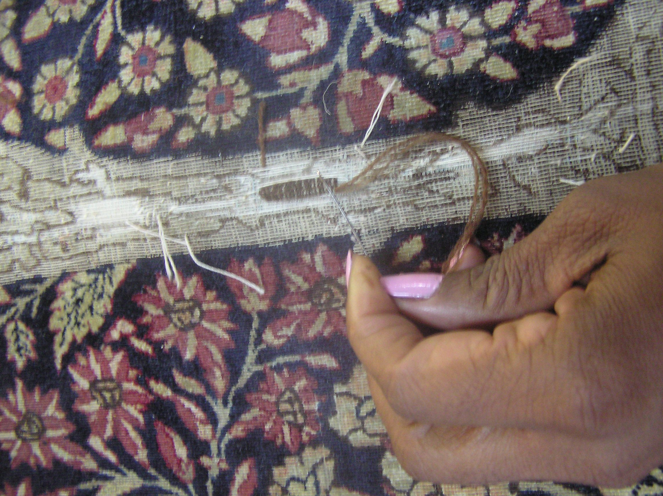 To keep the restored rug uniform thinness a fine needle recreates the knot. This tecnique is called keshmeer
